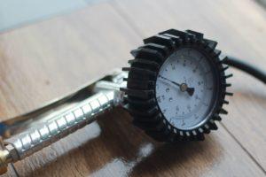 Manometr - kontrola ciśnienia w oponach
