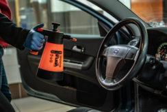 Dezynfekcja samochodu podczas przeglądu na Stacji Kontroli Pojazdów